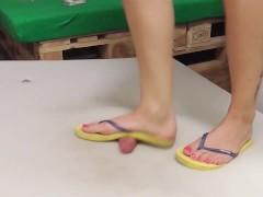 Flip flop cruel cockcrush dancing