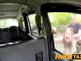 Ragazza paga la corsa del taxi in natura