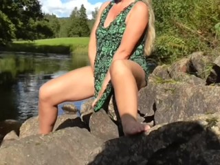 ON THE ROAD HUGE OUTDOOR SQUIRTING MILF HIDDEN CAM CAUGHT GIRL MASTURBATE
