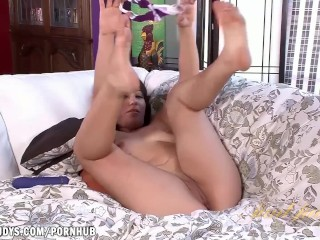 Lisa Smith toys her shaved pussy to orgasm