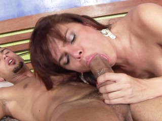 Cute shemale Hilda Brasil tugs her dick while giving blowjob