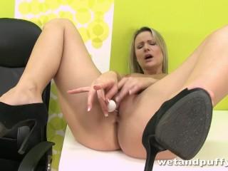 Czech Samantha Jolie pumps ben-wa balls out of her wet pussy