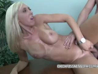 Blonde babe Jessica Lynn lets the masseur bang her twat