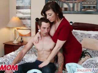 Tettona MILF Sara Jay seduce, succhia e fotte l'amico di suo figlio - SporcaAmerica