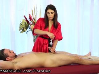 splendido massaggio all'italiana di una calda bruna ad un ben dotato