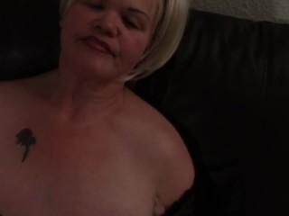 Blonde Hure bläst gepiercte Schwanz gefühlsvoll aus !!