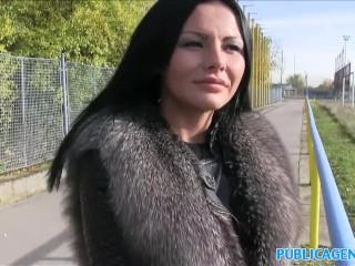 PublicAgent dolce e caldo culo sexy mostrato in pubblico prima di un pompino