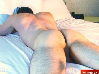 Straight guys get massaged by a gay guy !
