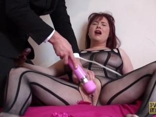 Gedeepthroate Britse slet masturbeert