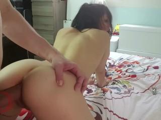 Jeune copine amateur se fait sodomiser comme une chienne et gicler sur le cul!