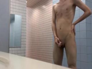 眼鏡のキモ男がトイレで全裸になってチンポをしごく姿を自撮りする