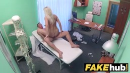Doctorul estitician fute o blonda care vine la marire de sani