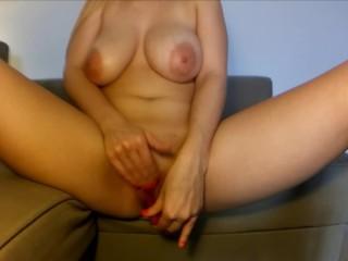 Moglie si masturba e viene sul divano di casa (Parte 4)