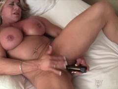 Big Clit Female Bodybuilder Fucks Herself with Vibrator