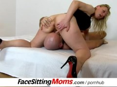 Gabina a Czech horny housewife receives a cunnilingus