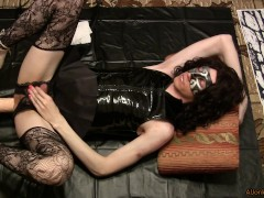 Gurl in a leather suit, fucks a fucking-machines with a huge dildo