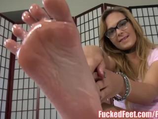 Sexy Blonde Jenny Jett Shows Off Soft Feet & Gives Footjob!