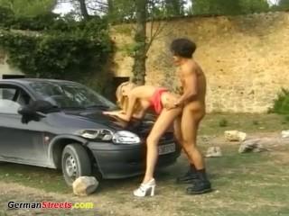 Blonde maigrichonne allemande se fait baiser dans la rue