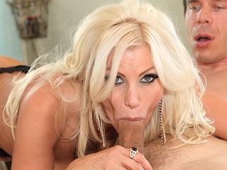 MILFGonzo Rondborstige blonde bombshell Brittany Andrew hard geneukt