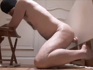 Mec hetero se ramone le cul avec une table godee, c'est dur !