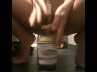 Masturbazione in bagno con bottiglia