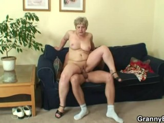 Imagen Solitario viejo abuelita le da en la cabeza y monta su polla