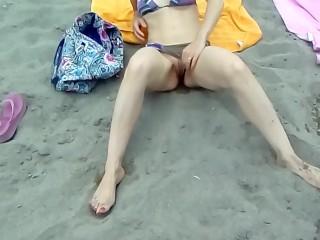 La scoppietta maiala fa una bella pipì nel costume in spiaggia