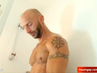 Ayric Handsome delivery's huge cock hard in a shower !