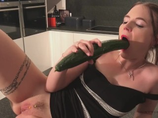 Anal orgasm with cucumber for Cathy Crown the belgium Porn star