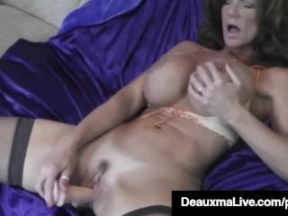 hot blooded cougar deauxma dildo fucks hennes fitta och squirts!