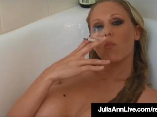 Rondborstige blonde Milf Julia Ann rookt haar sigaretten in de badkuip!