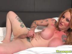 Twerking mature tranny strokes her cock